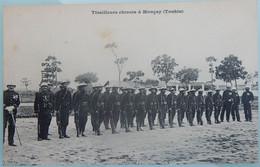 MILITARIA CPA MILITAIRES FRANÇAIS SOLDATS TIRAILLEURS CHINOIS A MONCAY TONKIN INDOCHINE - Andere Kriege