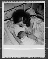 1 PHOTO EO - FEMME ALLAITANT SON ENFANT A LA MATERNITE - BEAU PLAN. - Anonieme Personen