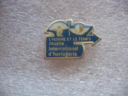 Pin's Du Musée International D'horlogerie. L'homme Et Le Temps - Pin's & Anstecknadeln