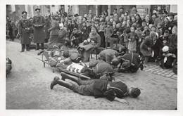Echt Foto AK 2. WK WW2 Ca. 1935-1945 Soldaten Rotes Kreuz Übung Sanitäter Verletzte Zuschauer - Guerra 1939-45