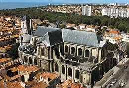 17 - La Rochelle - Vue Générale Aérienne De La Cathédrale - Au Fond, Les Parcs - La Rochelle