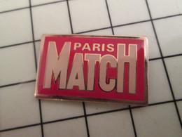 715e Pins Pin's / Rare & Belle Qualité THEME MEDIAS / REVUE MAGAZINE HEBDO PARIS MATCH - Mass Media