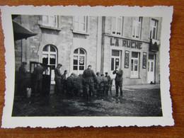 COUVIN COUVEN ARRON. PHILIPPEVILLE WW2 SOLDATS ALLEMANDS DEJEUNANT DEVANT LE MAGASIN LA RUCHE - Couvin