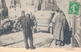 60 - SENLIS / DEVANT LES RUINES - SOLDATS ACHETANT DES CARTES POSTALES - Senlis