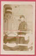 En Photo Studio : Carte Photo 14 Cm X 9 Cm : WK2 Soldat Allemand à Bord Du Paquebot Normandie - Occupation Guerre 39-45 - War 1939-45