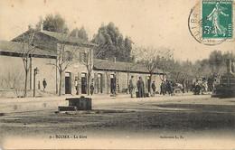 Pays Div- Ref X890- Algerie - Bouira - La Gare Ligne De Chemin De Fer - Petit Plan Train Sur La Droite - - Other Cities