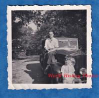 Photo Ancienne Snapshot - Beau Portrait D'un Père & Son Fils Sur Leur Automobile - Marque / Modéle à Identifier - Enfant - Cars