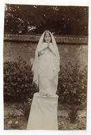 PHOTO ANCIENNE Religieuse Religion Robe Blanche Vers 1900 Petite Fille La Prière Prier Mise En Scène Belle Photographie - Cars