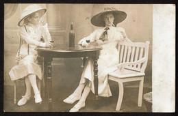 Carte Photo - C1910 - Dames Buvant Du Vin Et Fumant Des Cigarettes - 2 Scans - Fotografía