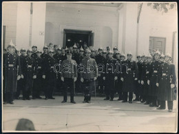 Cca 1930 Rendőrök A Hitler Utca 3. Előtt, Pecséttel Jelzett Fotó Erdődy Gyula Miskolci Műterméből, Felületén Karcolások, - Autres Collections