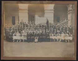 Cca 1910 Azonosításra Váró Egyenruhát Viselő Csoport Boldogasszony Anyánk Himnusz Soraival Díszített Zászlóval. Nagymére - Autres Collections