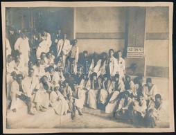 Cca 1920 Csoportkép Fürdőben, Kartonra Ragasztott Fotó, Felületén Sérülésekkel, Atelier Marguerite Pressburg, 17×23 Cm - Autres Collections