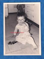 Photo Ancienne Snapshot - Portrait D'un Petit Garçon & Ses Jouets - Petite Voiture Norev ? Dinky Toys ? - Enfant Jouet - Cars