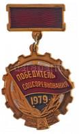 """Szovjetunió 1980. """"Az 1979. évi Szocialista Verseny Győztese"""" Hidegzománcozott, Aranyozott Al Jelvény Eredeti Tokban, Ad - Coins & Banknotes"""