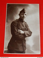 MILITARIA  -  ARMEE BELGE -  Photo De Soldat Belge   (Photographe R. Malou - Houdeng-Goegnies) - Uniformen