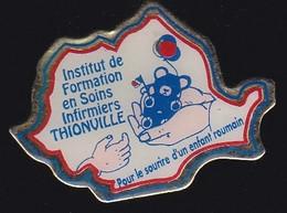 66849- Pin's. Médical.infirmière.Thionville.association.enfant Roumain. - Geneeskunde