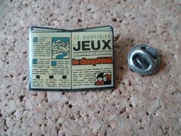 PIN'S  JOURNAL  LE QUOTIDIEN DES JEUX  LE DAUPHINE - Pin's