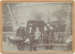 CABINET - Photographie D'une Famille Dans Un Parc - Jouet - Landau - Poupée - Cerceau (Ca 1900) - Oud (voor 1900)