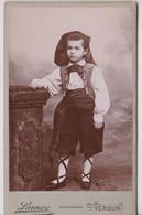 CDV Portrait D'un Enfant Déguisé Avec Costume Portuguais ?  Par Photographe Laveuve à Verdun (55) TBE - Anonyme Personen