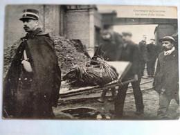 Carte Postale Ancienne, Catastrophe De Courrières, Les Restes D'une Victime - Postcards