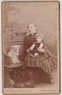 CDV Portrait Jeune Fille Avec Chien Et Poupée Marthe Feltz 1883 Généalogie Par Photogr Gerschelaine à Strasbourg (67) - Identifizierten Personen