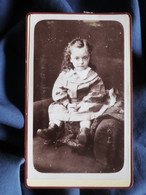 Photo CDV Emile Tiger à Paris - Jolie Fillette Assise, Circa 1885-90 L521A - Oud (voor 1900)