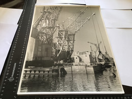 Photo Noir Et Blanc Grande Photo Env 40 Sur 30  Chantier Naval De La Ciotat Ou Chantier De La Seyne-sur-Mer Grande Grue - Persone Anonimi