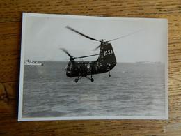 HELICOPTERE:TRES BELLE PHOTO 7X10 D'UN HELICOPTERE  AU DESSUS DE LA MER VERS UN NAVIRE - Helicopters