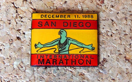 Pin's ATHLETISME- Marathon SAN DIEGO USA 1988 - Verni époxy - Fabricant Inconnu - Atletica