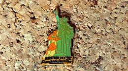 Pin's ATHLETISME - Marathon NEW-YORK 92 Francis De Carvalho Statue Liberté - Verni époxy - Fabricant ARKOS - Atletica