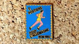Pin's ATHLETISME - 7 Postiers Pour L'Allemagne - RIOM 92 - TIMBRE LA POSTE - Peint Cloisonné - Fabricant Inconnu - Atletica