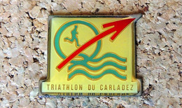 Pin's ATHLETISME - Triathlon Du CARLADEZ (Aveyron Cantal) - Verni époxy - Fabricant Inconnu - Leichtathletik