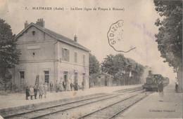 MATHAUX - LA  LIGNE DE TROYES A BRIENNE - LE TRAIN ARRIVE EN GARE - ANIMATION SUR LES QUAIS - - Sonstige Gemeinden