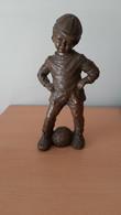 Gesculpteerd Beeld Van Jongen Met Voetbal Van G. Kunen - Bronces