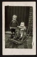 Carte Photo - Enfants - Bébé Dans Une Chaise Cheval à Bascule - Voir Scan - Children And Family Groups