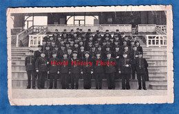 Photo Ancienne Snapshot - Lieu à Situer - Stade ? - Portrait De Policier ? Voir Uniforme & Képi - Officier De Police - Krieg, Militär