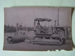L'AGRICULTURE. TRACTEUR A CHENILLES ET SON ROULEAU. CARTE-PHOTO. - Tracteurs