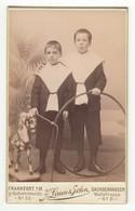 CDV Photo Foto Um 1890 - J. Laun & Sohn, Frankfurt A/M - Zwei Hübsche Kleine Knaben Spielzeug - Old (before 1900)