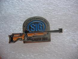 Pin's D'un Fusl De La Marque SIG Sauer 205. Qualitat Ist Unser Sport (La Qualité Est Notre Sport) - Tiro Con L'Arco