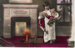 L50C378 - Joyeux Noël - Fillette Avec Ses Nouvelles Poupées Et Son Nounours Devant La Cheminée - M N°1221 - Natale