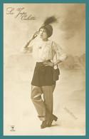 La JUPE CULOTTE - Femme En Jupe Culotte Avec Chapeau à Plume Et Cigarette - Photo HENRI MANUEL - Femmes
