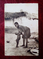 Carte Postale Ancienne - Afrique Noire - Conakry -  Femme Africaine Allaitant Son Enfant - Guinea Francesa