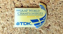 Pin's ATHLETISME - Championnat Du Monde D'Athlétisme ATHENES 1997 Pub TDK - Verni époxy - Fabricant Inconnu - Leichtathletik
