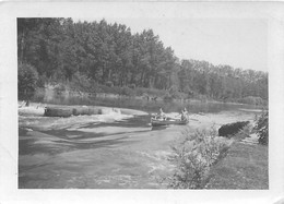 BARRAGE DE TRILBARDOU  1933 HOMMES EN CANOE PHOTO ORIGINALE 9 X 6.50 CM - Luoghi