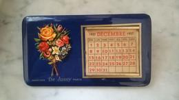 Parfums DE JUSSY - 1957 Calendrier Publicitaire En Tôle Avec Ses Fiches Mensuelles. A Poser Sur Le Bureau. - Petit Format : 1941-60