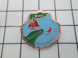1420 Pins Pin's / Rare & Belle Qualité THEME VILLES / BRETAGNE BREST ROSCANVEL 92 EN FORME DE COQUILLE ST JACQUES - Cities