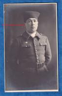 CPA Photo - Beau Portrait Studio D'un Militaire Colonial - 64e Régiment ? Tirailleurs ? - Insigne à Identifier Sportif ? - Uniformes