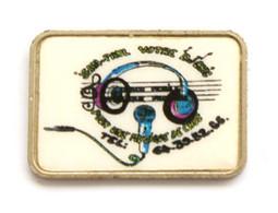 Pin's JEAN PAUL VOTRE DJ CHIC Pour Votre Ambiance De Choc - Casque Et Micro - Version Argentée - J665 - Musica