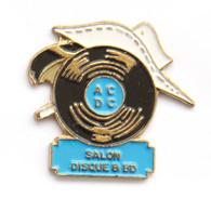 Superbe Pin's SALON DISQUE & BD - Disque Vinyle ACDC Sur Profil De LUCKY LUKE - FA7 - J672 - Musica
