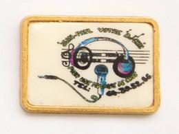 Pin's JEAN PAUL VOTRE DJ CHIC Pour Votre Ambiance Choc - Casque Et Micro - Version Dorée - J707 - Musica